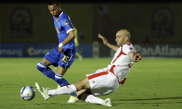 Nuno Rocha, do CSU, em ação contra a Tunísia: a partida contou com três jogadores da Liga I em campo e um no banco