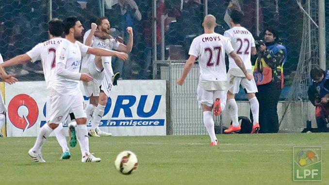 Rapid comemora o gol da vitória: eram quase quatro anos sem vencer o rival (foto: Alex Dobrescu/ Dorin Talpasanu-LPF)
