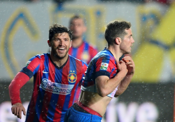 Tanase e Chipciu comemoram o gol no apagar das luzes (foto: ProSport)