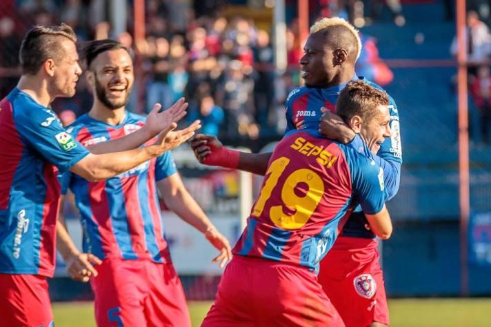 N'Doye comemora com os companheiros o seu nono gol na Liga I (foto: Facebook Târgu Mures)