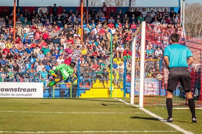 Balgradean não consegue defender o chute de Zicu: 1x0 para o time da casa (foto: Facebook Târgu Mures)