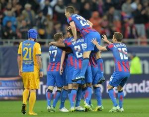 Jogadores comemoram o gol de Tanase (foto: ProSport)