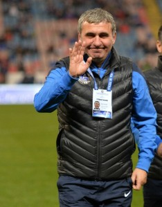 Hagi está de bem com a vida de técnico no Viitorul (foto: Mediafax)