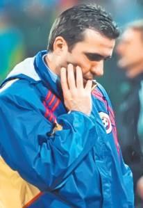 Desolação no Ghencea: Hagi foi o técnico que falhou a quarta classificação romena consecutiva a uma Copa do Mundo. O algoz era a modesta Eslovênia
