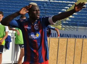 N'Doye, volante de 37 anos, é o artilheiro do Târgu Mures com nove gols. (foto: ProSport)