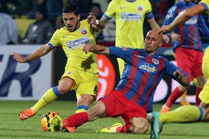 Stanciu e Muresan no confronto do primeiro turno: jogo violento e com vitória do Târgu Mures (Foto: Digisport)
