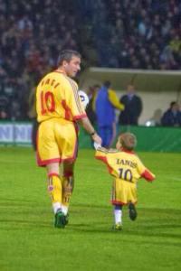 Gheorghe entra em campo com Ianis em 2000