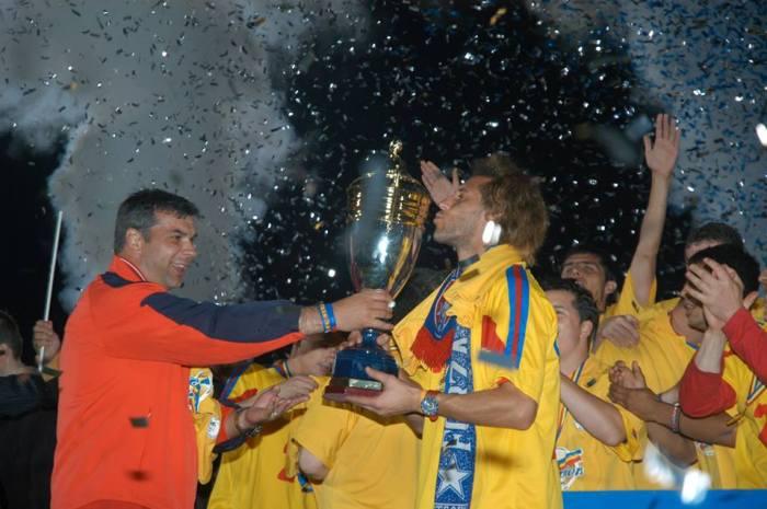 Carlos Fernandes beija o troféu do campeonato romeno: uma passagem de cerca de um ano que começou bem, mas teve um final conturbado