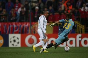 Ronaldo x Carlos Fernandes: a partida foi 4x1 para os merengues, mas o Fenômeno não passou pelo então camisa 13 do Steaua