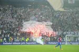Torcida do U Cluj compareceu em peso na Arena Nationala (foto: Publimedia)