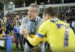 Becali e Adi Popa comemoram: o emocionante jogo do título foi, na verdade, em Târgu Mures (foto: GSP.ro)