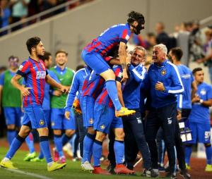 Os ros-albastrii comemoram o gol de Tucudean: o FCSB levou sufoco até que pudesse matar a partida no segundo tempo (foto: Alex Nicodim/GSP)