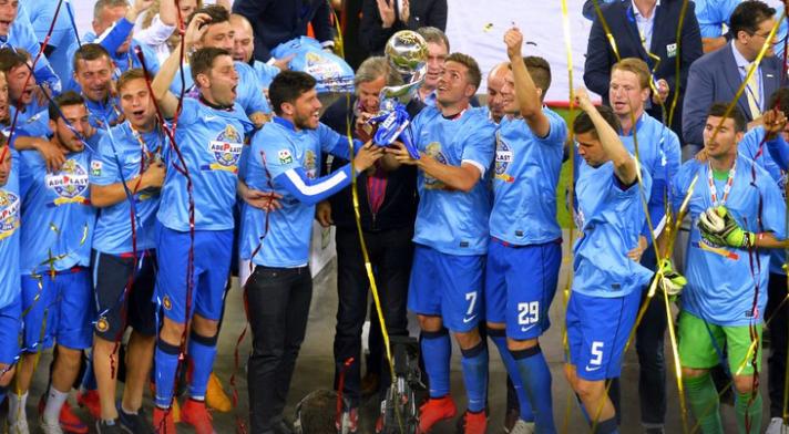 FCSB ergue a taça de campeão da Copa da Liga e leva o prêmio de 1,5 milhões de Euros (Foto: Alex Nicodim/GSP)