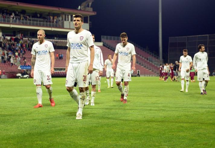 O Rapid de Daniel Niculae (centro), desolado após o segundo rebaixamento em três temporadas (foto: Stiri de Sport)