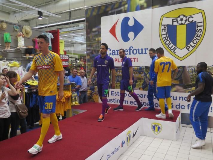 O Petrolul organizou um evento no Carrefour, um dos parceiros do clube, para apresentar os novos uniformes (foto: fcpetrolul.ro)