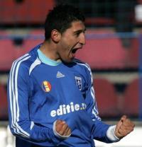 Florin Costea comemora gol em 2008-09: a marca da Editie tinha as letras brancas (foto: Mediafax)