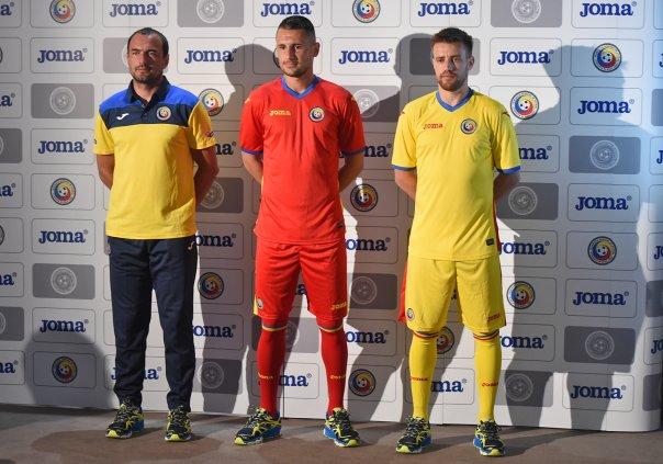 O auxilar técnico Ionut Badea, com o uniforme de viagem, junto com Dragos Grigore e Mihai Pintilii (foto: Nicolae Profir)