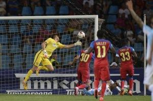 Cojocaru não consegue evitar o gol de Axente (foto: ProSport)