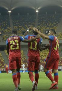 Breeveld, Muniru e Hamroun comemoram o primeiro gol do FCSB (Foto: GSP)
