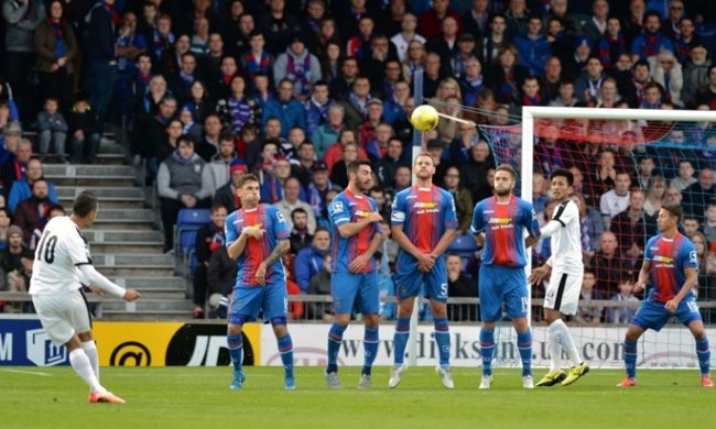 Budescu cobra falta e marca o gol da vitória do Astra na Escócia