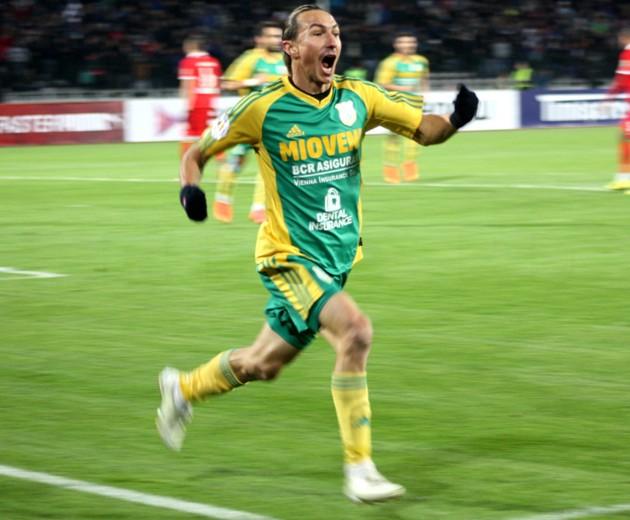 Ayza comemora o gol que colocou o Mioveni nas quartas da Copa da Romênia 2014-15: ele é lenda viva no clube
