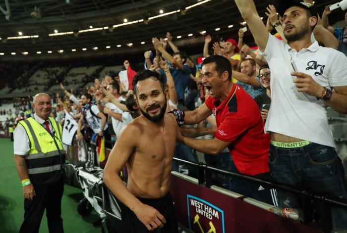 Junior Morais comemora com a torcida: é a segunda vez seguida que o Astra elimina o West Ham na Liga Europa