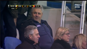 Sumudica assiste aos minutos finais do jogo com torcedores do Genk (foto: reprodução ProTV/UEFA)