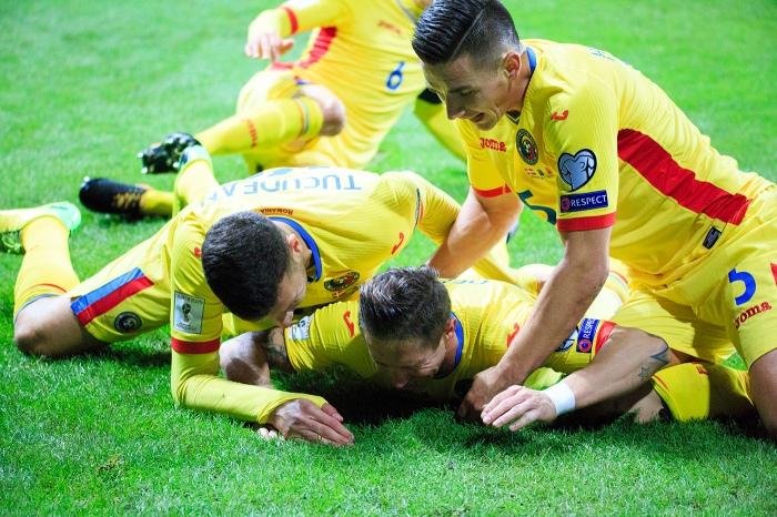Țucudean e Hoban abraçam Deac, o autor do gol de empate conta a DInamarca (foto: frf.ro)
